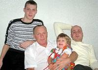 Михаил Мельниченко с сыновьями и внучкой