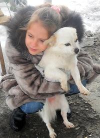 Внучка Саша нашла друга в деревне по кличке Бельчик...