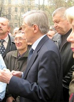 С участниками митинга в Киеве беседуют глава Администрации Чернобыльской Зоны Парашин С.К. и Председатель Теркома - Будянский С.Л.